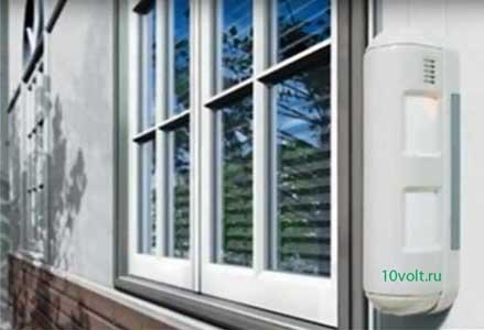 Датчики на фасаде дома для защиты окон